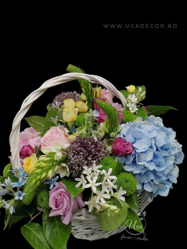 Aranjament floral Uca250 - cos nuiele alb, trandafiri,miniroze, hydrangea, ornitoghalum, oxypetallum, mix green